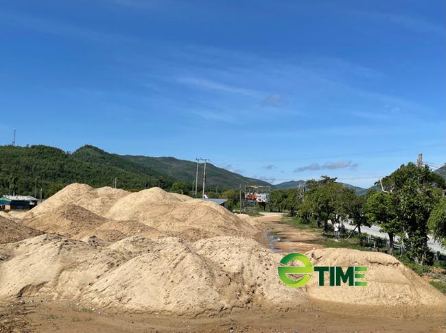 Quảng Ngãi: Phó Chủ tịch tỉnh chỉ đạo xử lý bãi chứa cát trái phép khủng ở QL 24  - Ảnh 5.