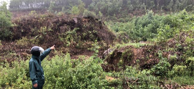 TT-Huế: Dân sống sợ hãi dưới chân núi sạt lở mỏi mòn chờ di dời  - Ảnh 1.