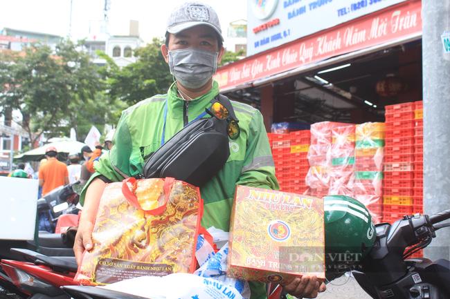 Shipper Sài Gòn nhận đơn 600 bánh Trung thu - Ảnh 9.