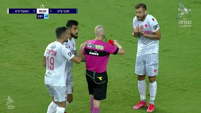 """Cầu thủ bị thẻ đỏ vì quật ngã CĐV trong... """"1 nốt nhạc"""" - Ảnh 2."""