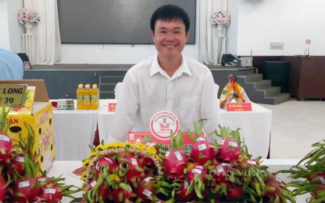 Ông Đỗ Thanh Hiệp - Giám đốc HTX Hòa Lệ bên cạnh sản phẩm sạch của HTX. Ảnh: Nguyên Vỹ