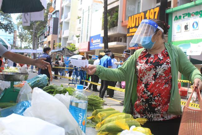 TP.HCM: Quận 5 mang chợ ra đường, người dân háo hức đi mua thực phẩm giá gốc - Ảnh 3.