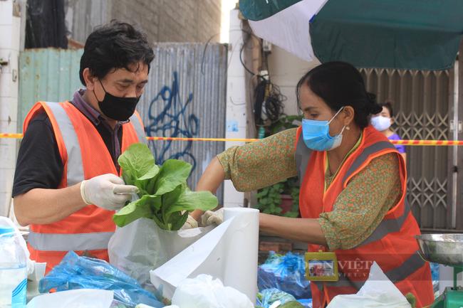 TP.HCM: Quận 5 mang chợ ra đường, người dân háo hức đi mua thực phẩm giá gốc - Ảnh 4.