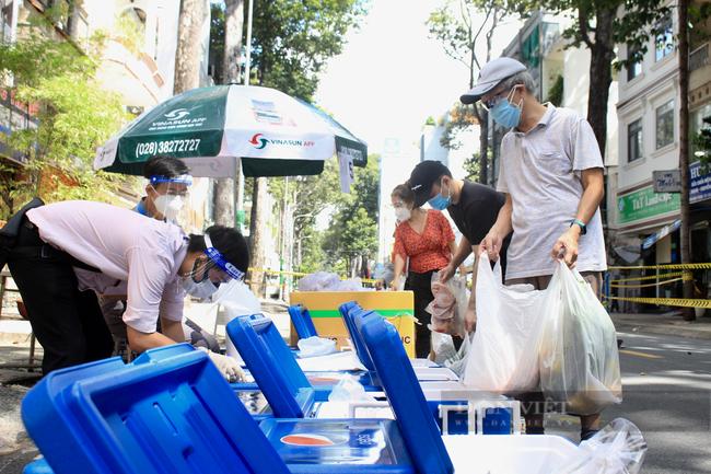 TP.HCM: Quận 5 mang chợ ra đường, người dân háo hức đi mua thực phẩm giá gốc - Ảnh 5.