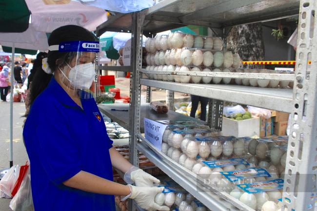 TP.HCM: Quận 5 mang chợ ra đường, người dân háo hức đi mua thực phẩm giá gốc - Ảnh 6.