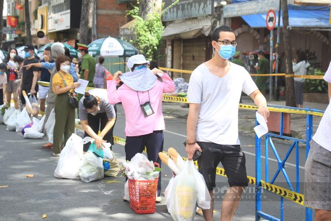 TP.HCM: Quận 5 mang chợ ra đường, người dân háo hức đi mua thực phẩm giá gốc - Ảnh 8.