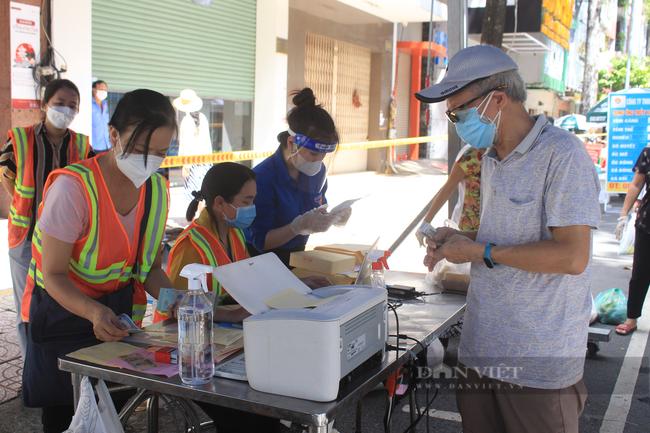 TP.HCM: Quận 5 mang chợ ra đường, người dân háo hức đi mua thực phẩm giá gốc - Ảnh 9.