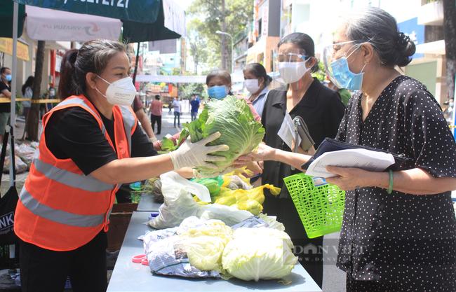 TP.HCM: Quận 5 mang chợ ra đường, người dân háo hức đi mua thực phẩm giá gốc - Ảnh 1.