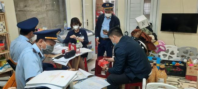 Lâm Đồng: Phát hiện cửa hàng bán kit test nhanh Covid-19 và thuốc hạ sốt không rõ nguồn gốc - Ảnh 1.