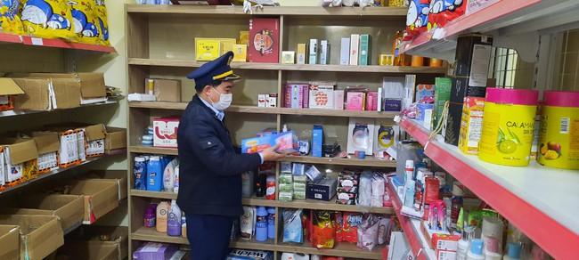 Lâm Đồng: Phát hiện cửa hàng bán kit test nhanh Covid-19 và thuốc hạ sốt không rõ nguồn gốc - Ảnh 3.