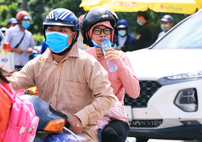 Trẻ nhỏ ngủ gục, đội nắng theo chân cha mẹ vượt hành trình hàng trăm km ra Hà Nội kiếm kế sinh nhai - Ảnh 8.