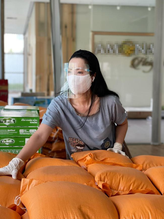 """MC Quyền Linh """"tiếp lửa"""" hỗ trợ 10 tấn gạo cho nhân viên sân khấu, nghệ sĩ nghèo ở TP.HCM - Ảnh 3."""
