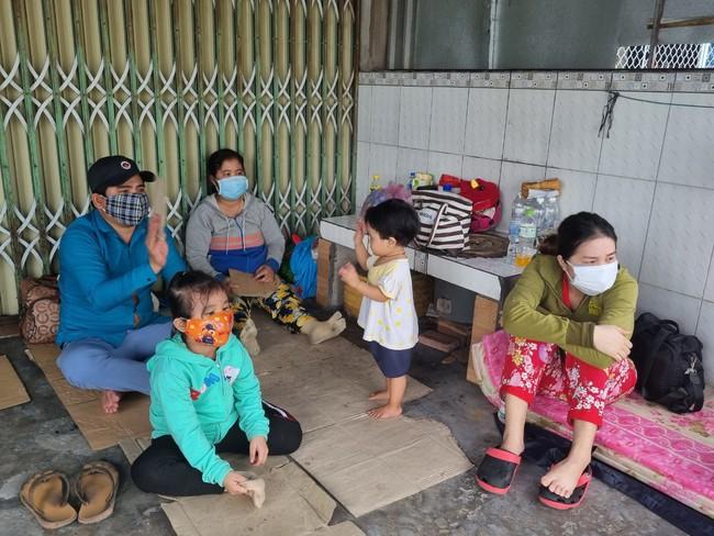 Thông tin mới vụ hàng trăm người dân từ vùng dịch tự ý về quê bị chặn ở cửa ngõ tỉnh Hậu Giang  - Ảnh 2.
