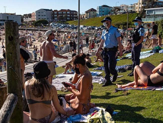 """Australia: Đếm ngược thời gian kích hoạt """"lộ trình tự do"""" với các """"chân dài bikini sexy"""" lại tràn xuống bãi biển - Ảnh 3."""