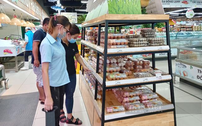 Người tiêu dùng mua trứng gà tại siêu thị Lotte Mart tỉnh Bình Dương. Ảnh: Trần Khánh
