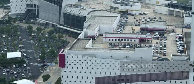 Ngay từ 9 giờ sáng, Siêu thị Aeon Hà Đông đã đông nghịt xe, nhiều xe ô tô phải đỗ trên tầng thượng của tòa nhà.