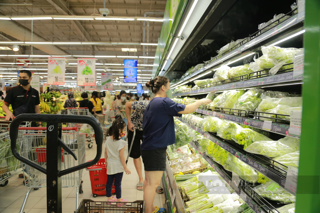 Khu vực bán hàng thực phẩm, rau củ quả, bánh... là khu vực đông người mua bán nhất. Ảnh: Cao Oanh