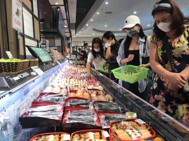 Tại khu vực bán đồ ăn sẵn, nhiều khách hàng không thực hiễn giãn cách, chen lấn mua hàng, thanh toán. Ảnh:N.T