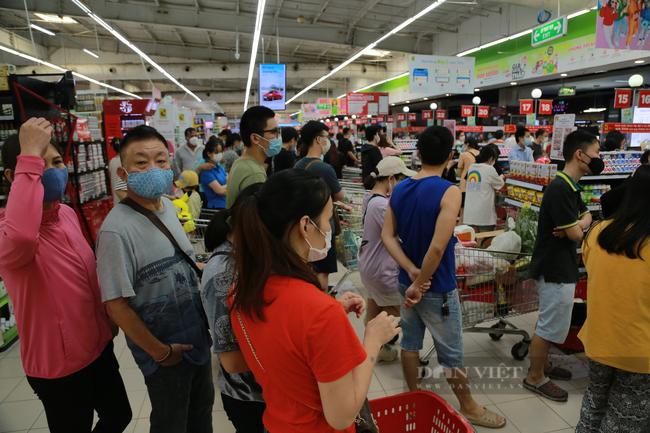 Các siêu thị chật cứng người trong ngày cuối tuần - Ảnh 6.