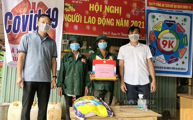 Đại diện Công đoàn công ty và Ban Giám đốc Nông trường Đăk Ơ trao quà cho công nhân tại nông trường trong mùa dịch. Ảnh: Cao su Phú Thịnh.