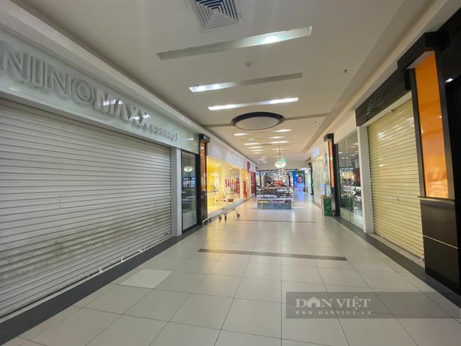 """Hà Nội: Trung tâm thương mại """"đìu hiu"""" trong ngày đầu được mở cửa trở lại - Ảnh 1."""