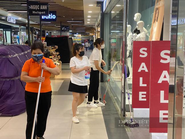 """Hà Nội: Trung tâm thương mại """"đìu hiu"""" trong ngày đầu được mở cửa trở lại - Ảnh 5."""