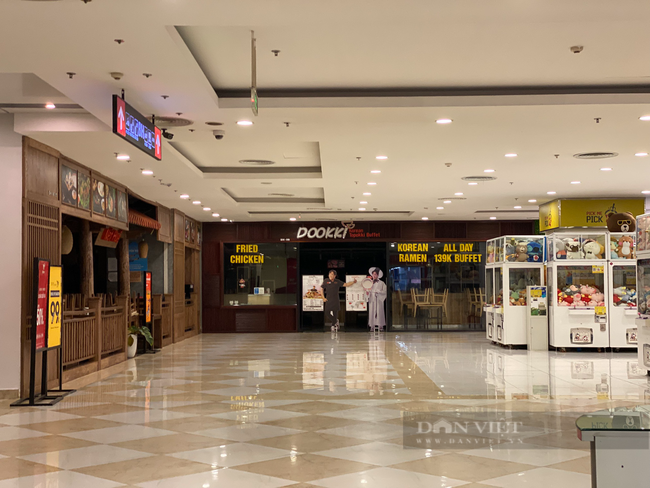 """Hà Nội: Trung tâm thương mại """"đìu hiu"""" trong ngày đầu được mở cửa trở lại - Ảnh 8."""