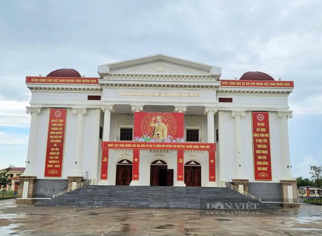 Nhà văn hóa trung tâm huyện Yên Mô công khai nguồn vốn xây dựng. Ảnh: Vũ Thượng