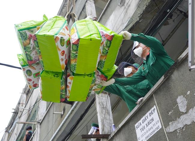 TP. HCM: Tiếp tế 900 túi quà cho người dân ở tầng cao bằng cần cẩu - Ảnh 5.