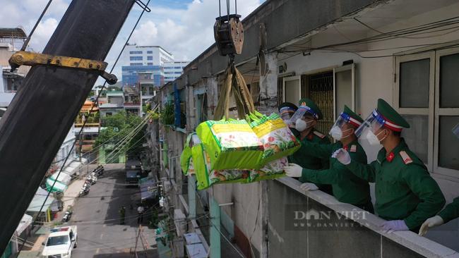 TP. HCM: Tiếp tế 900 túi quà cho người dân ở tầng cao bằng cần cẩu - Ảnh 8.