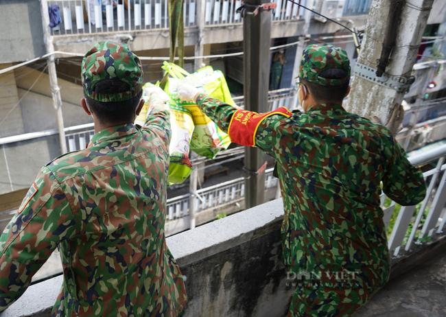 TP. HCM: Tiếp tế 900 túi quà cho người dân ở tầng cao bằng cần cẩu - Ảnh 7.