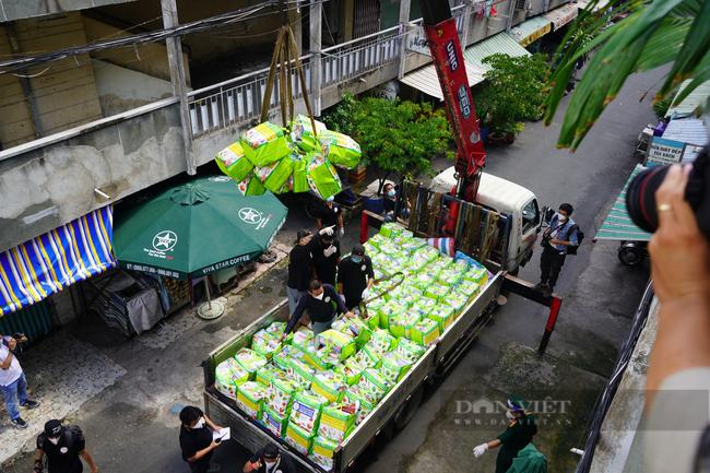 TP. HCM: Tiếp tế 900 túi quà cho người dân ở tầng cao bằng cần cẩu - Ảnh 2.