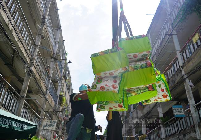 TP. HCM: Tiếp tế 900 túi quà cho người dân ở tầng cao bằng cần cẩu - Ảnh 4.
