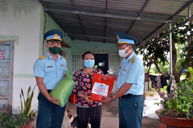 Bộ đội ra quân đưa 4.000 phần quà trao tận tay người nghèo - Ảnh 4.