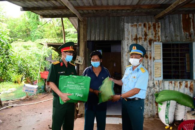 Bộ đội ra quân đưa 4.000 phần quà trao tận tay người nghèo - Ảnh 2.