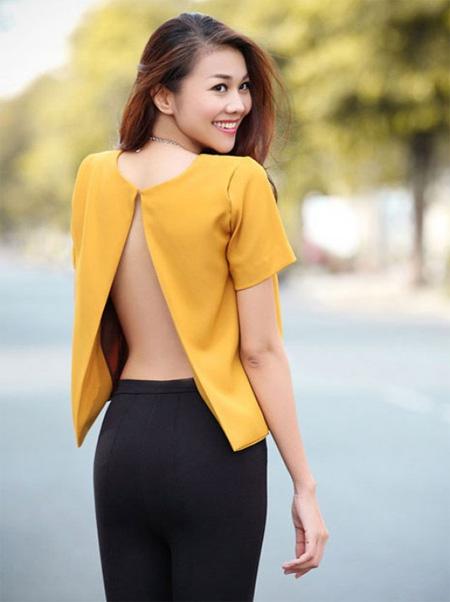 Siêu Mẫu Thanh Hằng rạng ngời giữa phố với chiếc áo màu vàng.