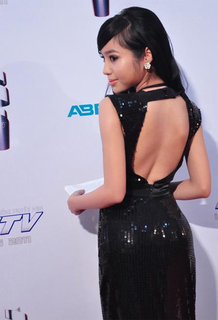 Người đẹp Elly Trần thu hút mọi ánh nhìn trong chiếc váy đen lấp lánh.