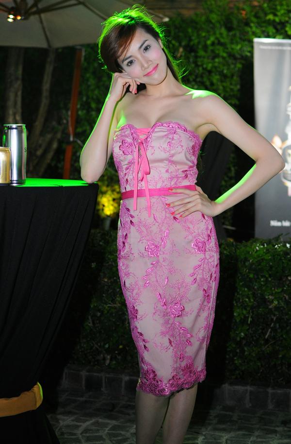 Diện váy ren ngan ngực màu hồng, người đẹp khéo léo khoe được làn da trắng ngần và vòng một đầy đặn, sexy.