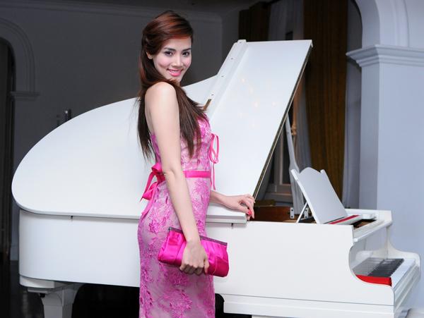 Á hậu Phụ nữ Việt Nam qua ảnh 2005 dịu dàng khoe sắc bên cây đàn dương cầm.
