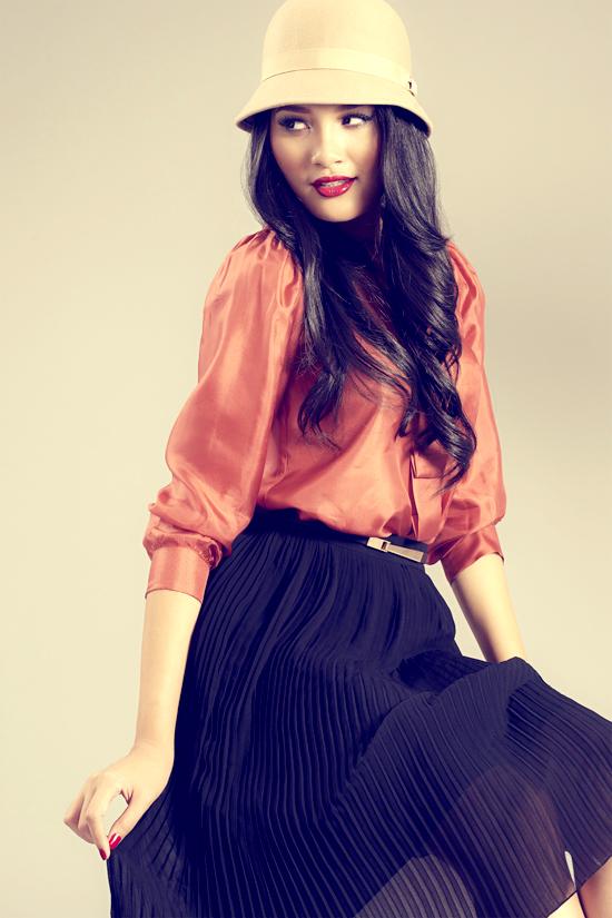 Đối với các bạn gái công sở thường gặp khó khăn trong việc chọn kiểu váy áo che khuyết điểm nơi vòng vai không được thon thả thì kiểu váy xếp ly trên chất liệu vải voan, chiffon lãng mạn sẽ là sự lựa chọn tuyệt vời. Dáng váy xòe và những đường ly nhỏ li ti giúp bạn tự tin hơn với vóc dáng được cải thiện trông thấy.