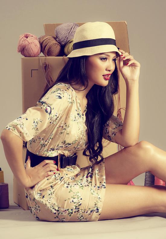 Váy ngắn cũng là lựa chọn phù hợp cho các cô gái có đôi chân dài như người mẫu.