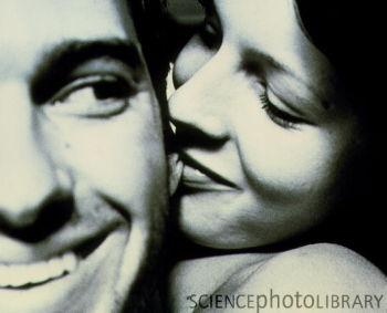 Những nụ hôn xoáy sâu sẽ tạo ra một lực hút mạnh, kéo bật màng nhĩ.