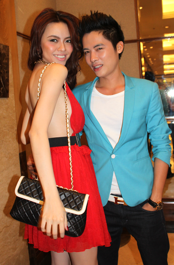 Cô tạo dáng cùng bạn diễn Minh Quang trong phim.