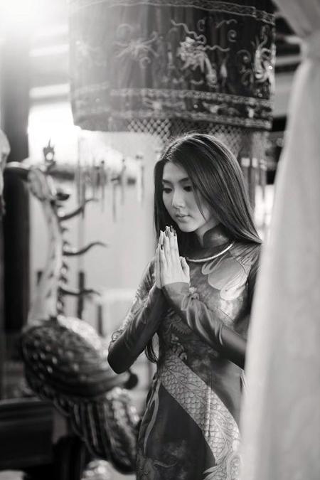 Cô kính cẩn chắp tay trước bàn thờ các vua Hùng.