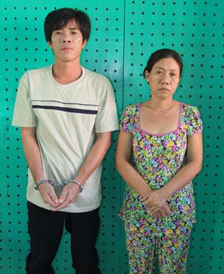 Vợ chồng đối tượng Vòng Tống Thành và Đinh Thị Kim Loan tại cơ quan Công an.