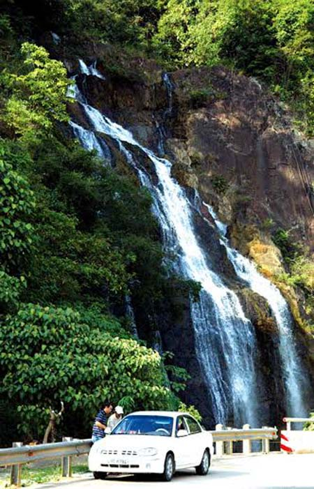 Du khách dừng chân tại thác Nước thuộc địa phận xã Phước Xuân, huyện Phước Sơn(Quảng Nam) trên cung đường Hồ Chí Minh.