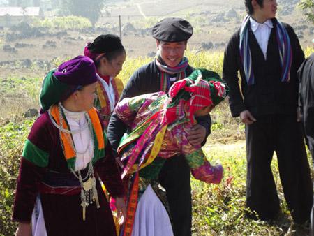 """Thanh niên người Mông đi chơi và tham gia tục  """"vỗ mông"""" trong ngày tết của dân tộc mình."""