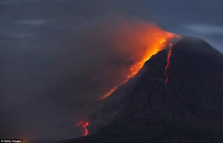 Núi lửa ở Indonesia phun trào 50 lần/đêm khiến hàng ngàn người dân phải sơ tán.