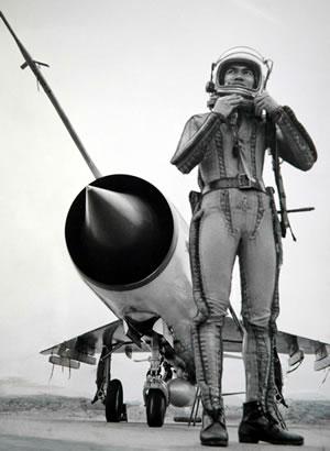 Phi công Phạm Tuân mặc bộ đồ bay cao không VKK-6 bên chiếc MiG-21MF