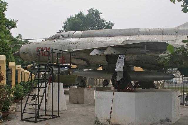 Chiếc MiG-21MF mang số hiệu 5121 tại của Phạm Tuân, đã bắn hạ máy bay B-52. Ảnh chụp tại Bảo tàng Lịch sử Quân sự VN